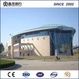 クレーン(プレハブの鉄骨構造)が付いている鉄骨構造の体育館