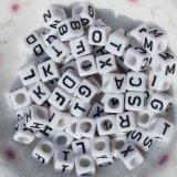 Monili bianchi di plastica acrilici del branello del cubo della lettera di alfabeto del commercio all'ingrosso 6mm che mettono a disposizione a mestiere di DIY singola lettera