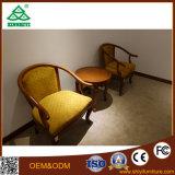 A mesa de centro e as cadeiras da madeira de carvalho usaram a sala de visitas