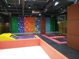 Sosta dell'interno del trampolino di forma fisica con il giocattolo rampicante per i bambini
