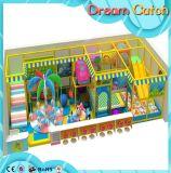 Campo de jogos de Castel para miúdos com corrediças múltiplas