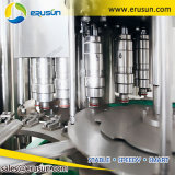 Bouteille d'eau de bicarbonate de soude rinçant la machine recouvrante remplissante