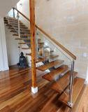 Festes Holz verwendete sich hin- und herbewegenden Treppenhaus-Entwurf mit Glasgeländer