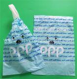 Coulisse des sacs poubelle blancs sur les rouleaux