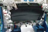 Automobile che controlla il calibro del dispositivo con i punti della manopola per vedere se c'è la scatola per guanti
