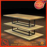 Des tables en bois pour le magasin de vêtements