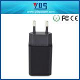 Uso del teléfono móvil del Ce y solo cargador eléctrico de la pared del USB