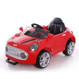 Un giro dei 2017 capretti sull'automobile elettrica di plastica del giocattolo del bambino RC
