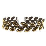 Черное кожаный ожерелье чокеровщика в акриловом золоте плакировкой листьев
