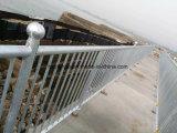 La polvere ha ricoperto l'acciaio che recinta alto decorativo, ornamenti, l'acciaio galvanizzato spiaggia