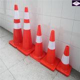 Cones alaranjados fluorescentes da segurança de tráfego da estrada