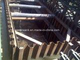 Mucchio della lamiera di acciaio utilizzato in strada, fiume