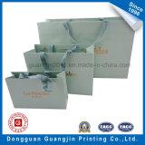 銀製のロゴの簡単な様式のクラフト紙のショッピング・バッグ