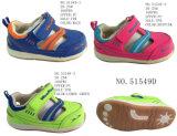 Numéro 51549 deux chaussures de bébé de chaussures de marche du gosse de types