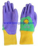 Покрасьте покрынную латексом милую перчатку сада для детей