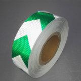 反射テープを示す5cm自己接着緑および白いの矢のトラック
