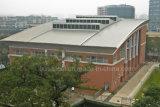 Сегменте панельного домостроения стали на крыше здания с опорной рамы