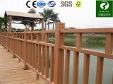 Einfacher Zaun und Geländer der Installations-WPC