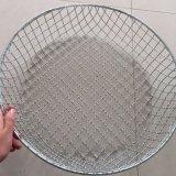 電流を通されたステンレス鋼の金網のバスケット