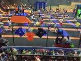 Le trampoline Park pour les enfants de la zone ou centre de jeux