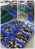 La mano lavora il compressore della fascia elastica (UN-9850)