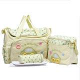 おむつの赤ん坊袋を変更する美しいミイラの肩のハンドバッグ