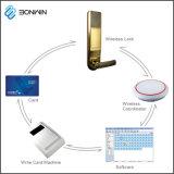 Мобильный телефон дистанционного управления компьтер-книжки сети открывает замок двери гостиницы