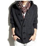 ボタンが付いているカラーMentのセーターか編むコートの人のセーターのコート