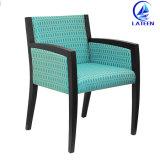 デザイン金属のフレームによって装飾されるホテルの部屋の家具のソファーの椅子