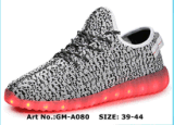 La fabbrica comercia i pattini all'ingrosso adulti della batteria di illuminazione dei pattini chiari dei pattini LED di Yeezy dei pattini dei pattini LED