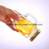 Vaso di muratore di vetro della bevanda con il coperchio e la paglia