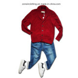 접어젖힌 옷깃과 카디건에 의하여 뜨개질을 하는 아이들 스웨터 옷