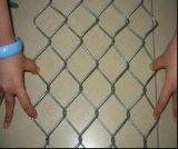 電流を通されたチェーン・リンクの金網の塀かダイヤモンドの網