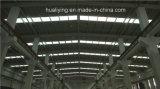 Magazzino industriale della struttura d'acciaio con il fascio della gru