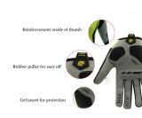 El dedo lleno de ciclo se divierte la bicicleta de la bici que compite con el gel del guante que completa el guante respirable