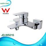 Cuarto de baño en la pared de agua del grifo mezclador de lavabo