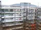 Edificio pre dirigido de la estructura de acero con el cuento cinco