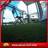 Césped de alta densidad de la hierba de la falsificación del PE para los deportes y el jardín