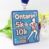 3Dはダイカストの習慣を記念するリボンが付いている旧式な金の記念品の金属のスポーツ5K 10Kのマラソン競争のゲーム賞メダルを