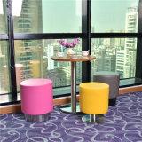 Tabella rotonda del ristorante di stile moderno con gli sgabelli per la caffetteria di svago