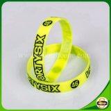 Solo bunter kundenspezifischer GummiWristband mit Debossed Farbe gefülltem Firmenzeichen