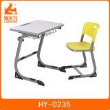 Mesa de madeira da mobília dos estudantes da sala de aula da escola com cadeira dos PP