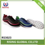 La maglia poco costosa delle scarpe da tennis mette in mostra i pattini che eseguono i pattini di pallacanestro per unisex