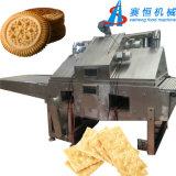 Completare il cioccolato automatico pieno che intramezza la macchina del biscotto