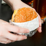 Burger de aluminio en el papel de aluminio