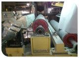 Máquina de capa de papel para el tablero gris alineado blanco