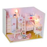 子供のためのミニチュアソファーそしてDIYのギフトが付いている木の人形の家