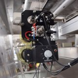 Machine à emballer gonflée de nourriture de pommes chips de qualité de prix usine de Foshan avec le système duel et le ce de moteur servo