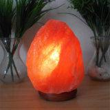 Естественный Himalayan светильник соли кристалла утеса с деревянным основанием