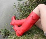 Varias mujeres zapatos de goma, la nueva moda señoras de caucho